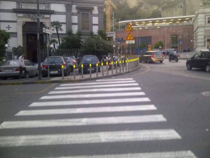 Attraversa la strada e torna indietro: a Napoli le strisce pedonali finiscono contro i paletti