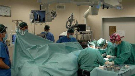 Parto gemellare,un bimbo vivo,altro morto in utero da 4 mesi