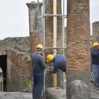 Pompei: pericolo di crollo per una colonna. Operai al lavoro per la messa in sicurezza