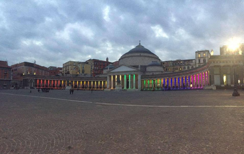 """Napoli, piazza Plebiscito """"rainbow"""" per la giornata per i diritti delle coppie gay"""