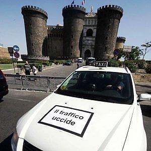 Taxi listati a lutto e un corteo: sciopero a Napoli delle auto bianche