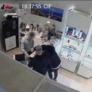 Rapina a Ponticelli finisce con una stretta di mano (video)