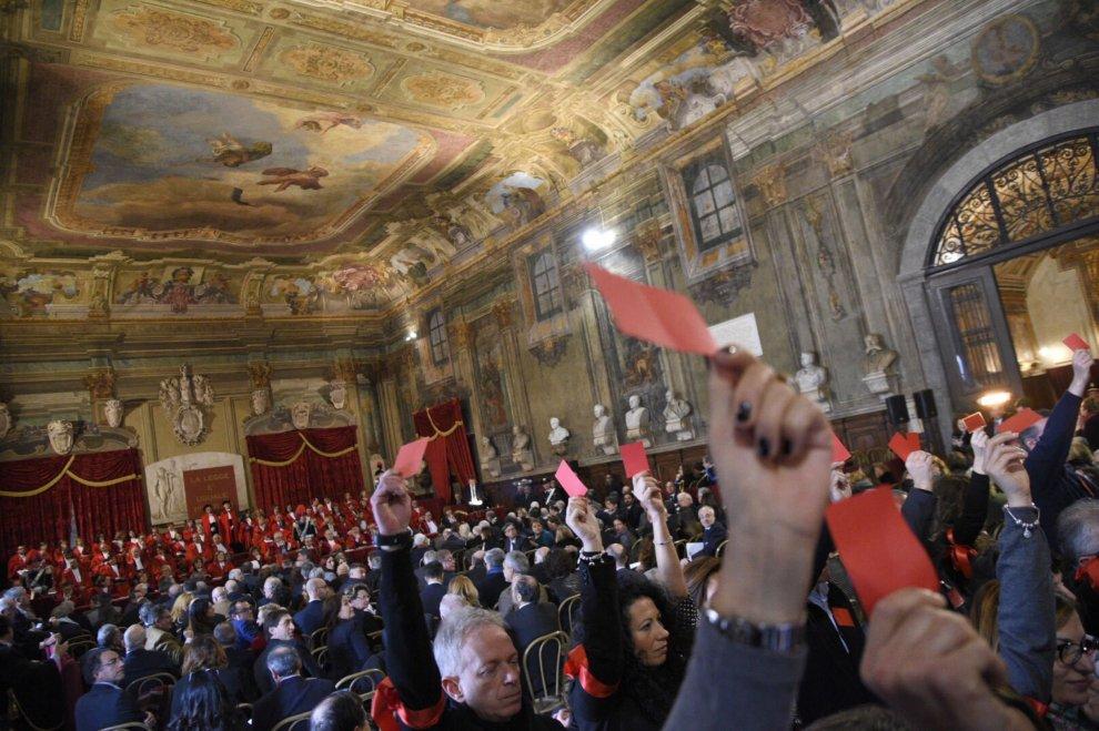 Giustizia, la protesta dei cancellieri. Cartellini rossi per il sottosegretario Migliore