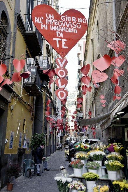 """Per San Valentino, la sciarpa del Napoli: """"Un giorno all'improvviso"""""""