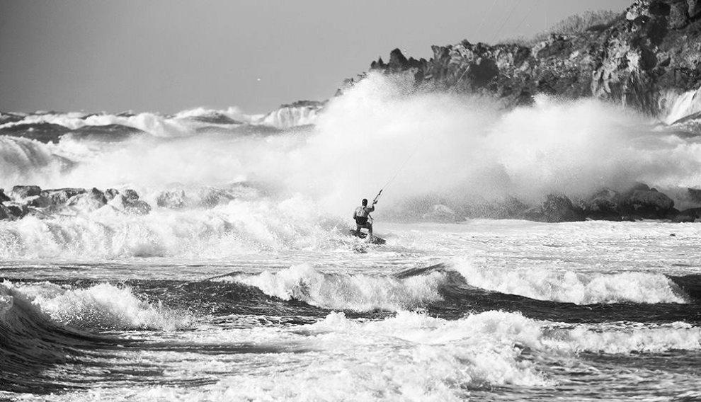 Onde giganti, a Ischia lo spettacolo del kitesurf