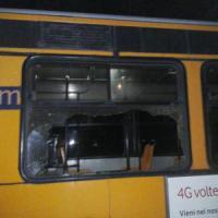 Scampia, nuovo assalto agli autobus pietre e bottiglie di notte contro l'N5