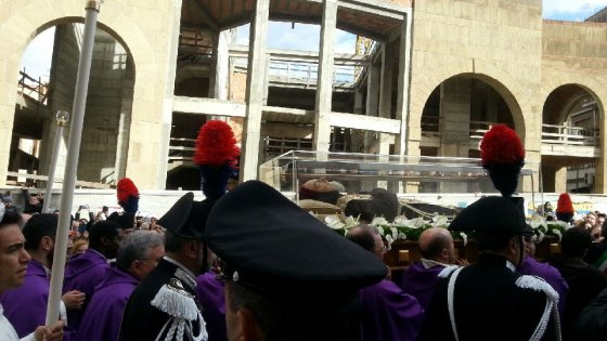 Il viaggio di Padre Pio da Pietrelcina a San Giovanni Rotondo, tra polizia in assetto di guerra e fedeli in rivolta