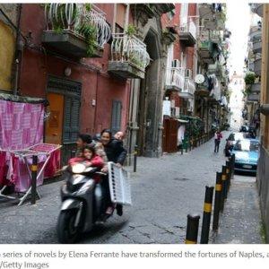 """The Guardian: Napoli non è più solo """"camorra"""" . Boom di turisti grazie al fenomeno Ferrante"""