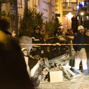 Napoli, esplosione in un locale di piazza Borsa: 2 feriti lievi