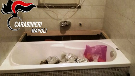 Vasca Da Bagno Napoli : Caivano nascondeva sotto la vasca da bagno scorrevole chili di
