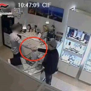 Strinse la mano a gioielliere rapinato, detenuto evade dall'ospedale Cardarelli: preso
