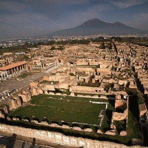 Armato di coltello prende in ostaggio turisti a Pompei