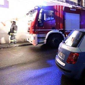 Torre Annunziata, poliziotti-eroi salvano da incendio due donne, due bambini e due cani