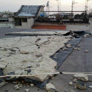 Maltempo, crolla palazzina  Casoria, sette famiglie evacuate. Scuole chiuse a Pozzuoli