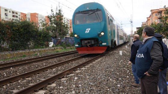 Un gioco pericoloso: un ragazzo di 17 anni travolto ed ucciso da un treno a Napoli