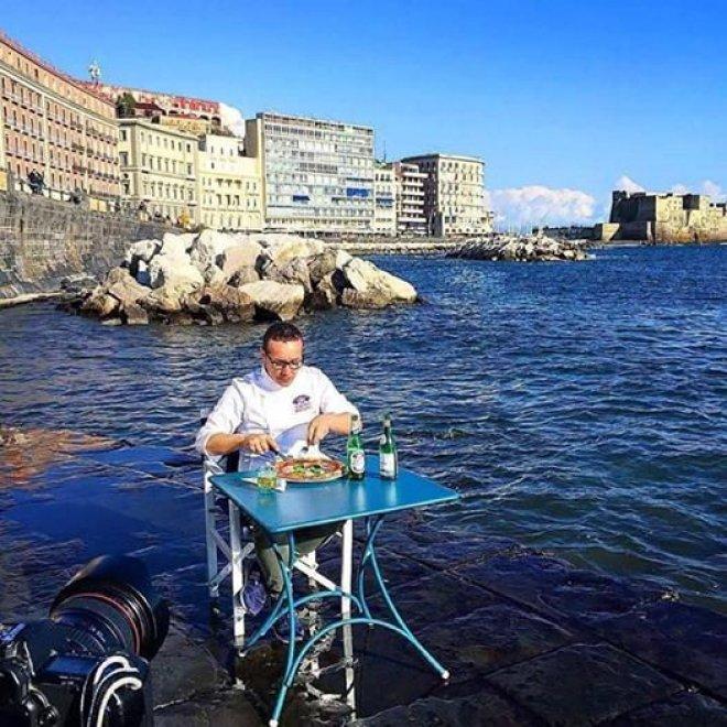 Napoli Una Pizza In Riva Al Mare Sfidando Il Maltempo 1 Di 1