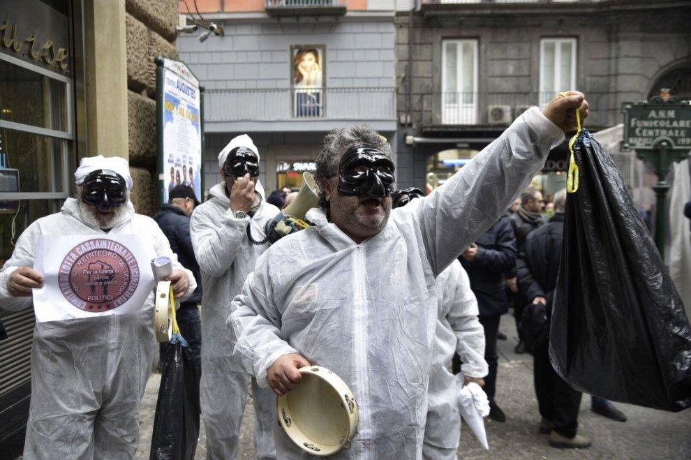 Manifestanti contro Bassolino, alta tensione davanti all'Augusteo
