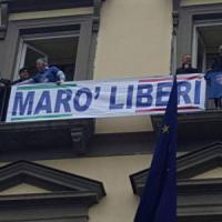 Blitz in Comune a Napoli, Rivellini, candidato sindaco, affigge alle finestre striscione per i marò