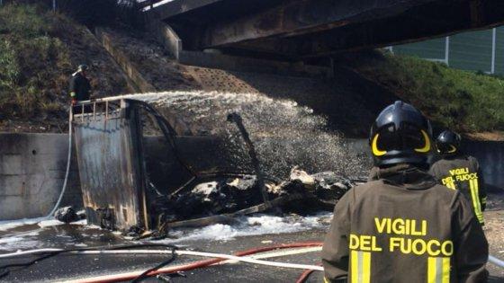 A1, tir in fiamme, chiusa l'autostrada presso Capua. Ponte a rischio crollo