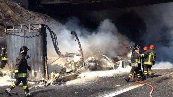A1, stanotte la demolizione del cavalcavia danneggiato dal tir in fiamme