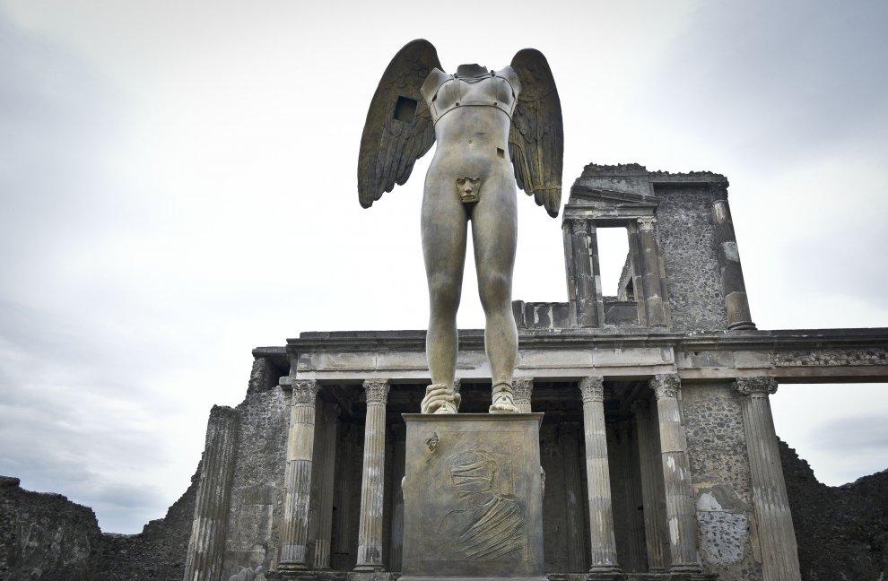 Mitoraj incontra Pompei, i turisti stregati dalle grandi statue