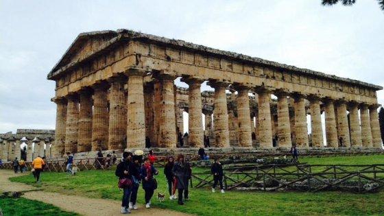 Paestum, turisti in fila per ammirare il tempio di Nettuno