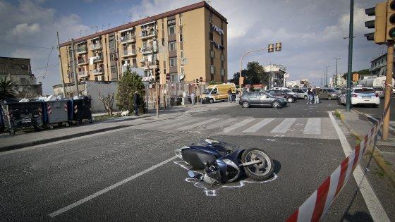 Napoli, cadono con lo scooter: morto il padre, grave il figlio