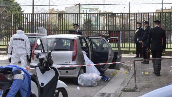 Pregiudicato ucciso con sedici colpi di pistola sotto casa a Napoli