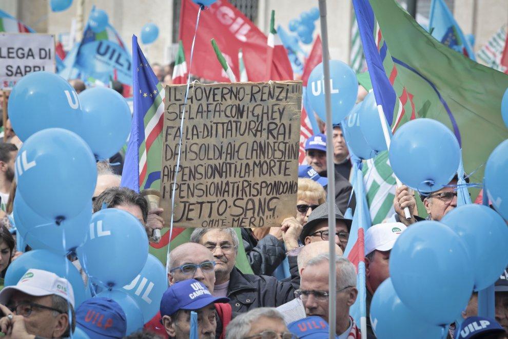 Pensioni, la manifestazione a Napoli