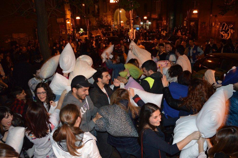 Battaglia di cuscini in piazza Bellini a Napoli