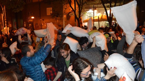 Napoli, pillow fight a piazza Bellini, per una movida sostenibile e responsabile