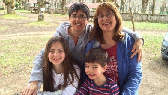 Napoli, la corte di appello dice sì all'adozione reciproca dei figli di due donne