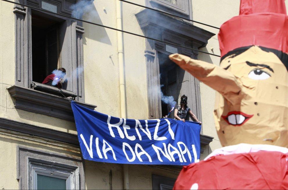 ''Napoli sfiducia il governo'': e sfila il pupazzo di Renzi-Pinocchio