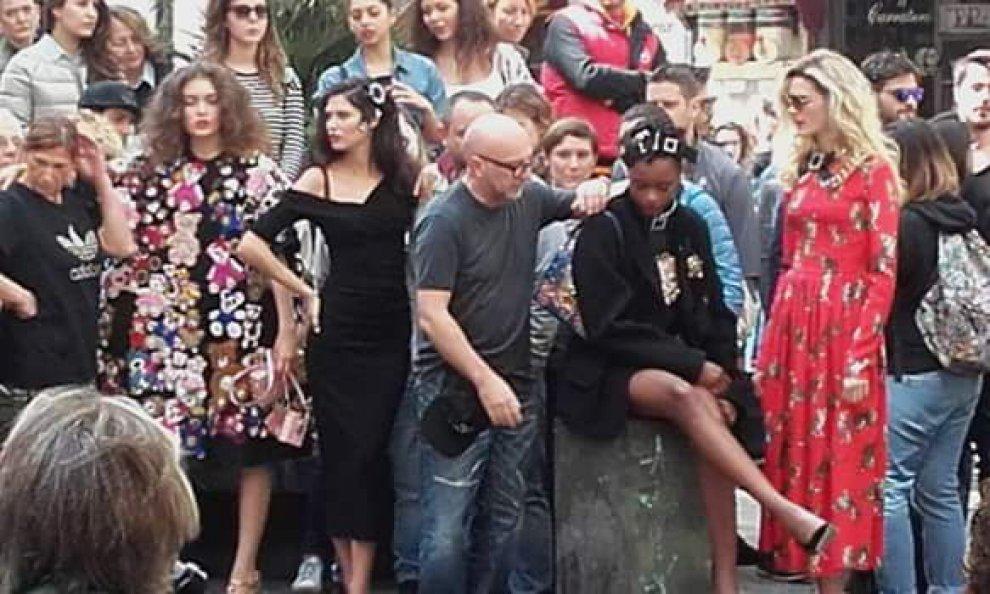 C è il set di Dolce   Gabbana in centro storico  folla di curiosi ... d9cef70bf85