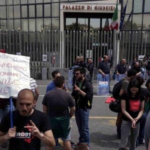 """Napoli, condannato il carabiniere che uccise Davide Bifolco. La mamma del 17enne: """"Ti mangio il cuore"""""""