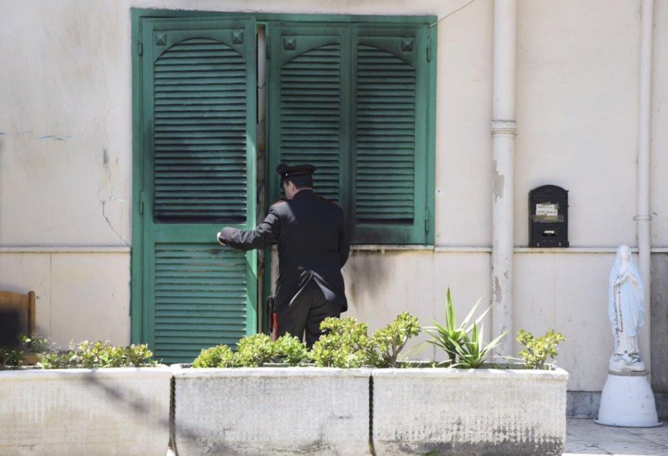 Caivano incendiata la casa dei parenti dell 39 arrestato per for Foto della piccola casa