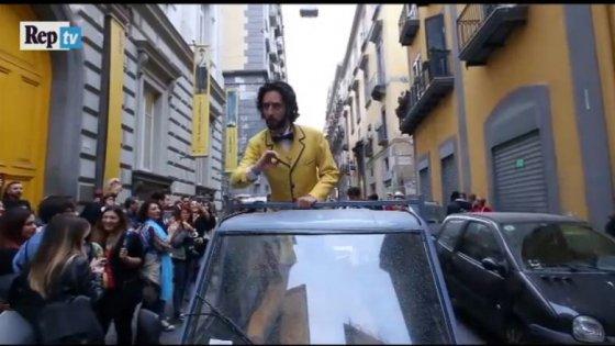 Musicisti, danzatori, circensi, rifugiati e studenti in processioen per realizzare il sogno di Luca, cantante lirico