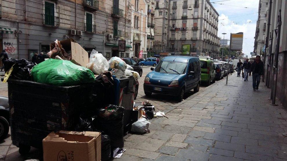 Materassi per strada, buche, immondizia: ecco l'area tra piazza Leone e piazza Garibaldi - 1 di ...