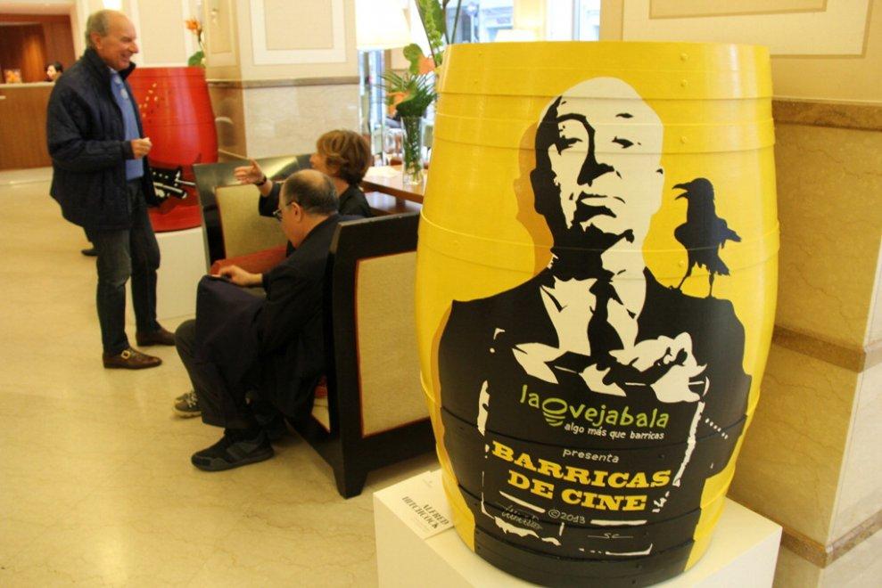 I grandi del cinema dipinti su botti all'hotel Renaissance