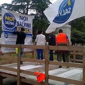 Battipaglia, ricoperto di escrementi il palco di Salvini