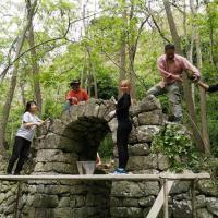 Dalla Corea e dalla Russia, i turisti a Ischia lavorano ai muri a secco dell'isola