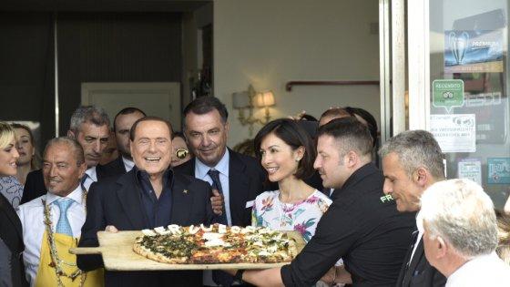 Berlusconi a Napoli, pizza su lungomare