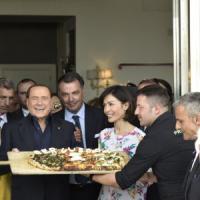 Berlusconi a Napoli, pizza su lungomare con gli esponenti  di Forza Italia