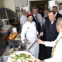 Berlusconi a Napoli inforna la pizza