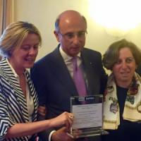 Il ministro Lorenzin consegna un assegno della Banca di credito coperativo