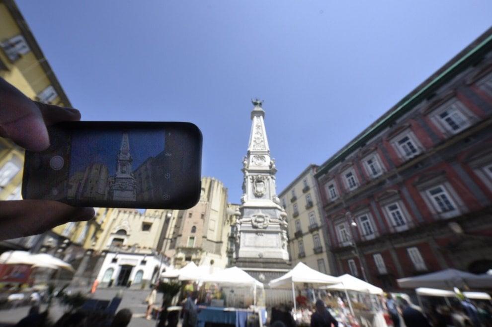 Ragazzo muore cadendo dall'obelisco in piazza San Domenico Maggiore