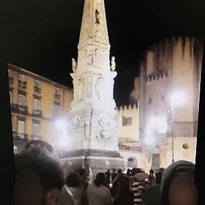 Napoli, tragico gioco: si arrampica sull'obelisco di piazza San Domenico Maggiore, precipita e muore