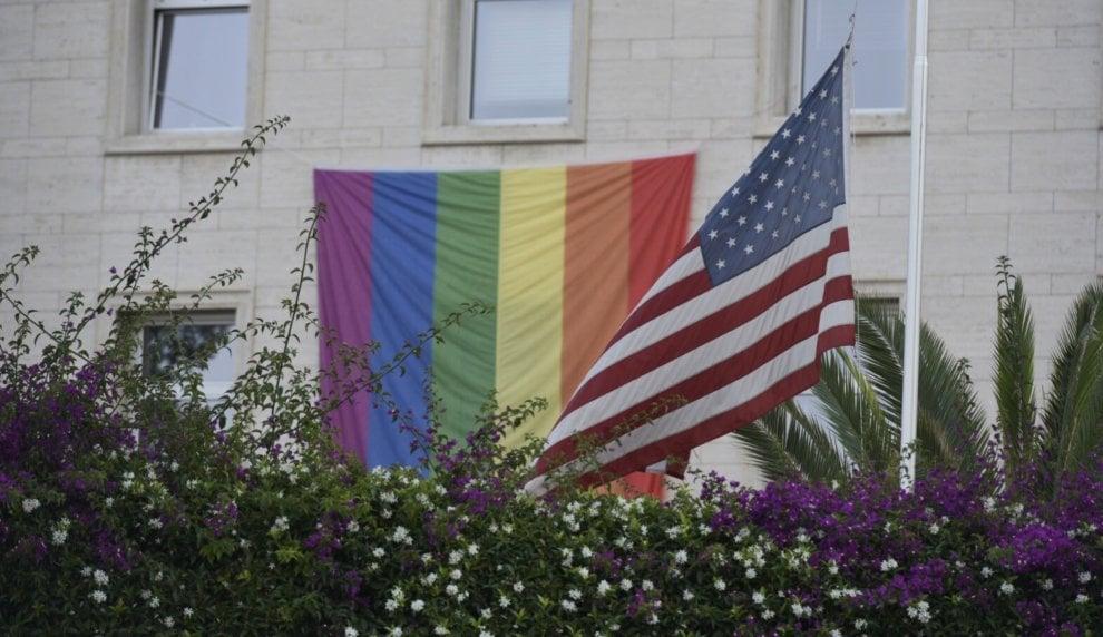 Strage ad Orlando: candele e bandiere rainbow a Napoli in ricordo delle vittime