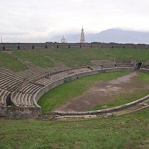 Pompei, l'Anfiteatro chiude per dieci giorni. Poi Gilmour ed Elton John