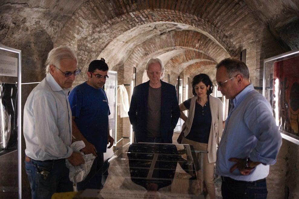 Pompei, ultimi ritocchi alla mostra di Adrian Maben all'Anfiteatro